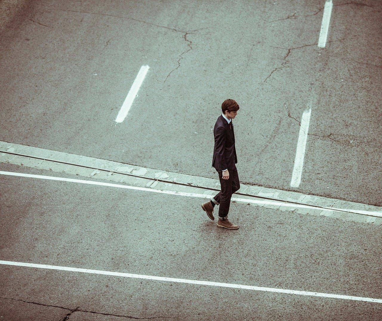 寂しそうな男性